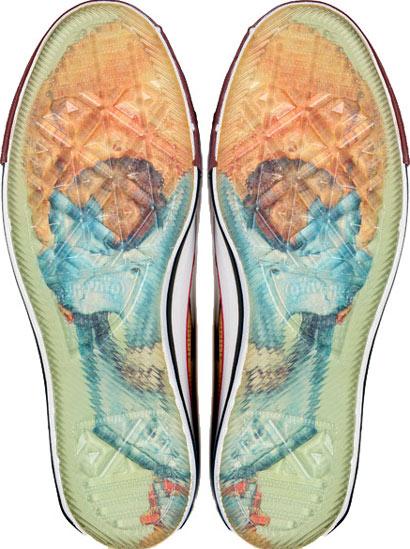 Zapatilla converse de Tiritas, figura de calavera por debajo