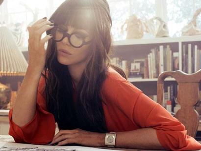 Kate Beckinsale con gafas retro