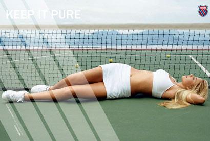 Alona Bondarenko acostada en cancha de tennis