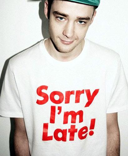 chico con camiseta de sorry i'm late