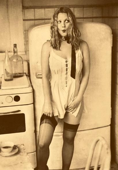 Drew Barrymore subiendo sus medias negras con cara rara