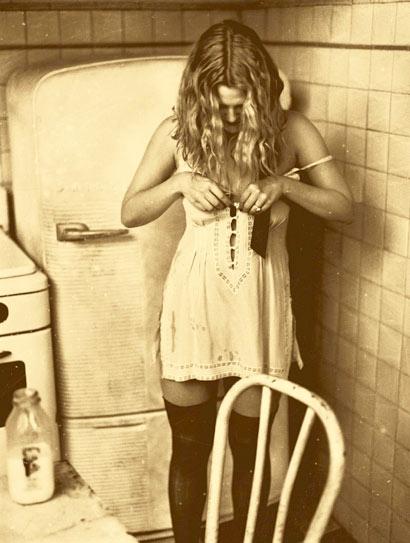 Drew Barrymore colocándose el vestido blanco