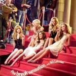 Girls Aloud sentadas comiendo Kit Kat