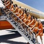 Azafatas con minifalda subiendo al avión