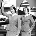 Dos aeromozas saludando