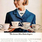 Sobrecargo con traje azul sirviendo café