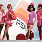 Aeromozas con minifaldas rosas