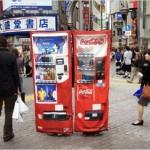 Disfraz de maquina de coca cola en la ciudad de Japón