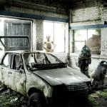 C3PO y R2D2, en un garage destruido con coche viejo y derruido