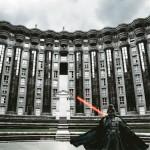 Darth Vader rodeado de edificios