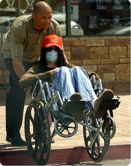 Michael Jackson en pijamas y silla de ruedas muy bizarro