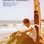 Foto de un surfista retro, en color sepia, muy retro