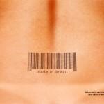 Tatuaje femenino de código de barras en la espalda desnuda