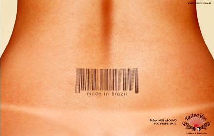 Tatuaje femenino de código de barras en la espalda