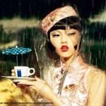 Azafata asiatica llevando un cafe bajo la lluvia, en china