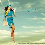 Azafata con paracaidas y medias de ligueros