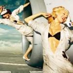 Chicas sexys en el hangar, reparando y limpiando aviones