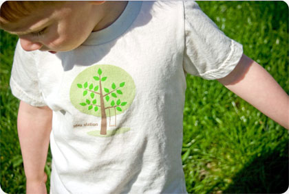 Chico con la camiseta de play station impresa con serigrafia