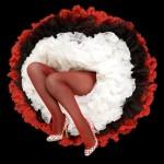 piernas de mujer con medias rojas y falda blanco con negro y rojo