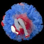 piernas de mujer con medias de rayas negras con blanco y zapatos rojos de tacon