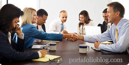 reunion de empresarios cerrando trato para negocio