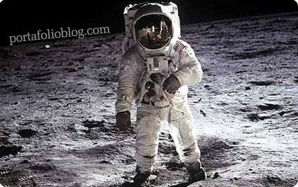 astronauta en la luna, caminando sobre la superficie lunar