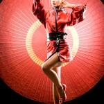 Modelo posando con traje tipico chino rojo