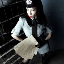 Chica policia o militar gotica con documentos en mano