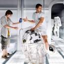 Astronauta cambiando su traje y lugar por una Pepsi