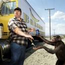 Conductor de camiones cambiando las llaves a un mono por una pepsi