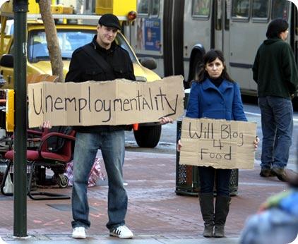 bloggers desempleados con carteles en la calle