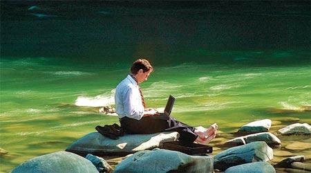 Hombre trabajando sobr eun río