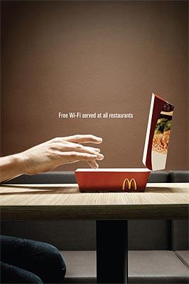 Persona utilizando una caja de Mcburger como laptop