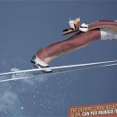 Esquiador repartiendo hamburguesas