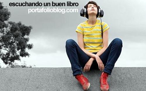 chica con auriculares escuchando un audiolibro