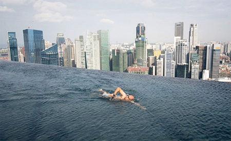 la piscina esta diseada de tal manera que parece no tener fin como podis apreciar en la imagen la sensacin que produce al que se sumerge en ella es la