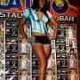 Una candente figura luce esta modelo al posar orgullosa el uniforme de su equipo de fútbol con sólo pintura en su cuerpo