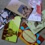 Varios ejemplos de tarjetas de visita con colores y diseños creativos almacenadas