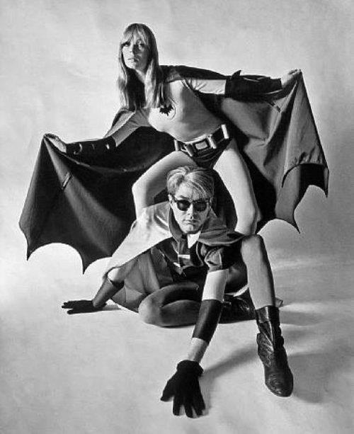 Pose de super heroes de Andy Warhol y Nico