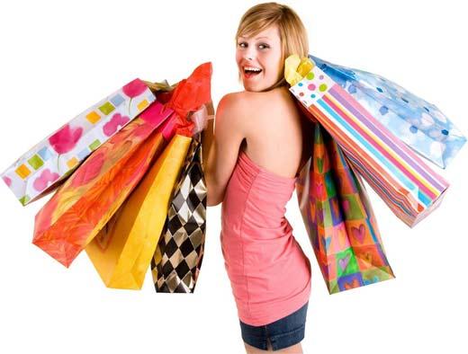 Chica hermosa de compras feliz