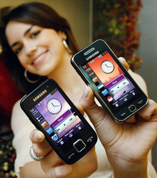 Chica usando widgets en su smartphone quien sabe utilizar la tecnología de la mejor forma