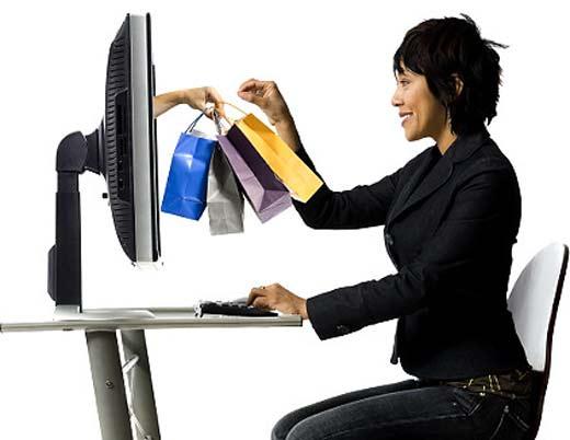 Empresaria comprando y vendiendo en línea gracias a herramientas de Internet