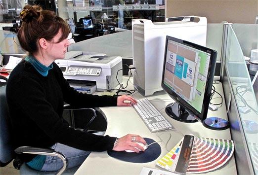 Diseñadora Gráfica trabajando en tarjetas de visita