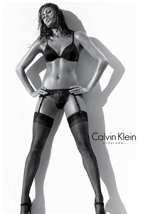 Eva Mendes con medias negras de liguero y lencería sexy de CK