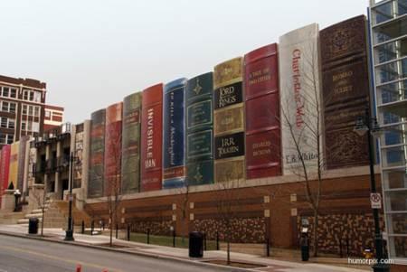 Construccion Extraña con forma de libros