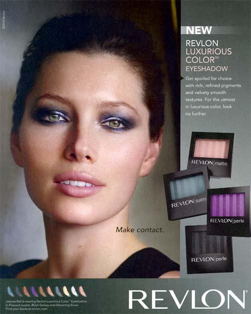 Jessica Biel mostrando productos de belleza de Revlon, un rostro hermoso
