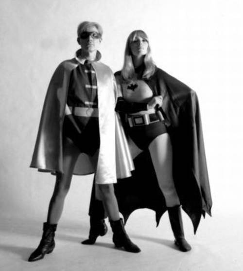 Andy Warhol y Nico posando como super heroes